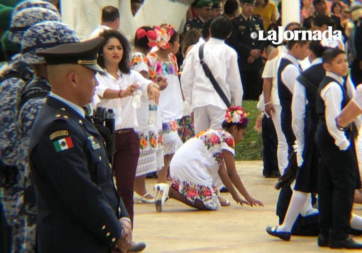 Niños se desmayan en la ceremonia del Día de la Bandera