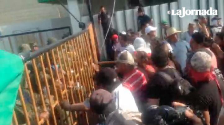 Habitantes de Mundo Nuevo exigen entrar a la planta en Coatzacoalcos