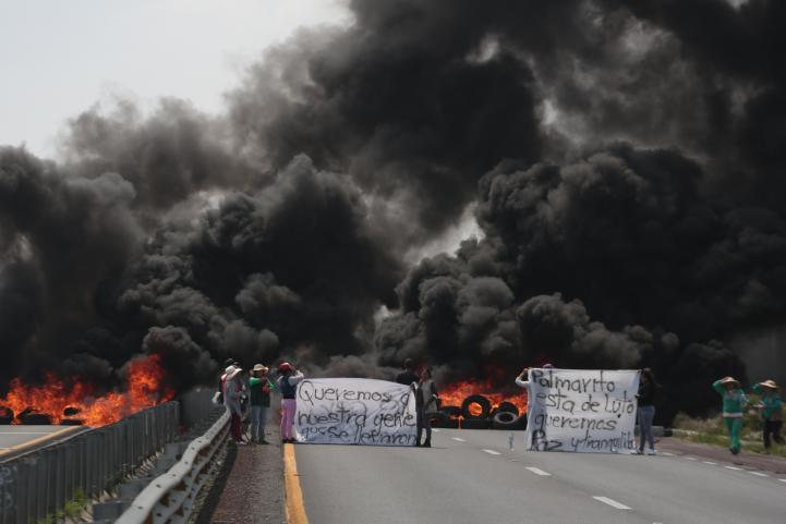 Chocan huachicoleros con policía y Ejército; 10 muertos.