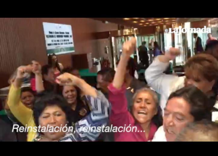 Protestan trabajadores despedidos del gobierno de Puebla