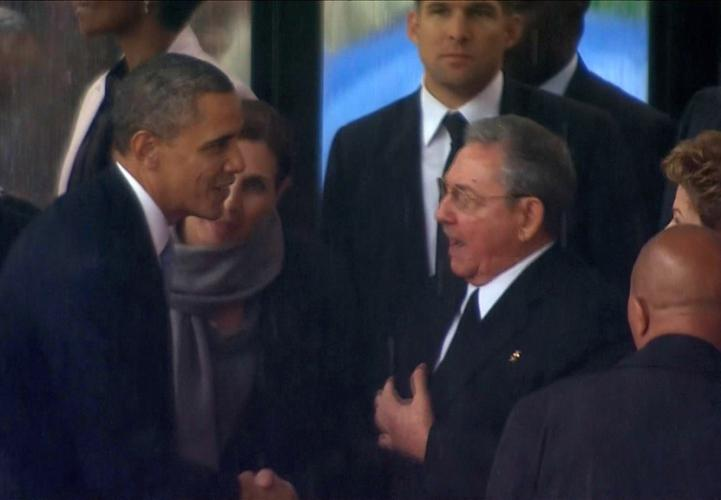Obama saluda a Castro en el funeral de Nelson Mandela
