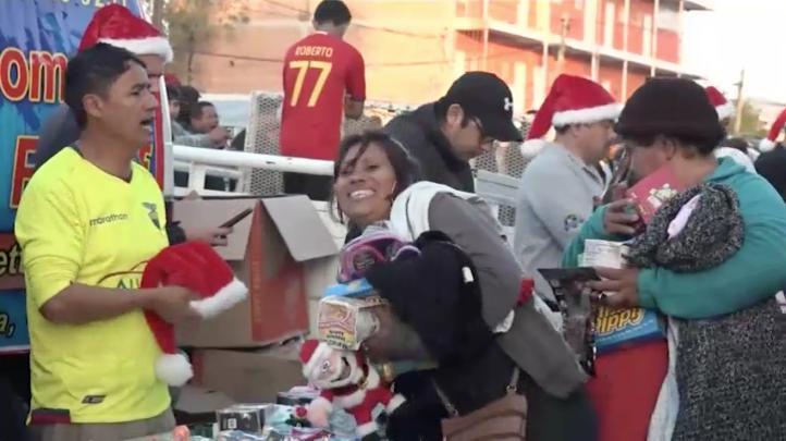 Voluntarios brindan a migrantes cálida Navidad