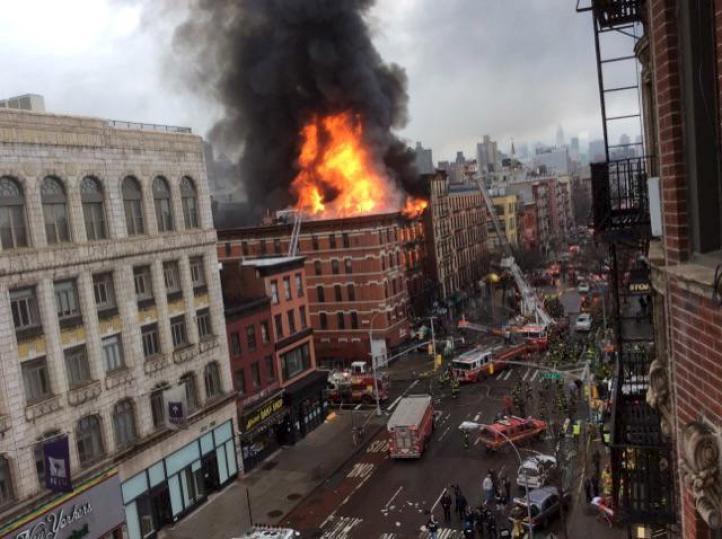 Se derrumban tres edificios por incendio en NY