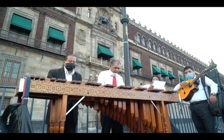 Artistas tocan en el Zócalo para pedir apoyos al presidente, por la pandemia por Covid-19
