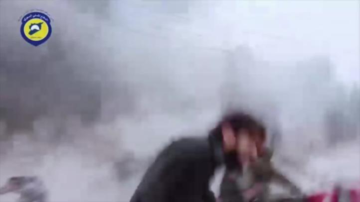 Sirios escapan de ataques en Alepo