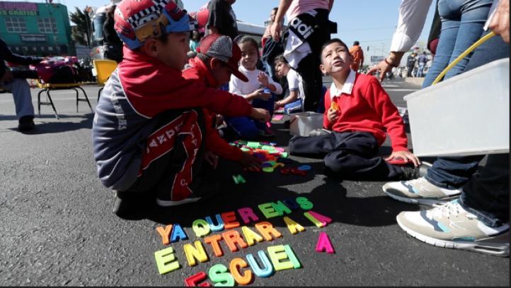 A 50 días del sismo, alumnos de Iztapalapa toman clases en la calle