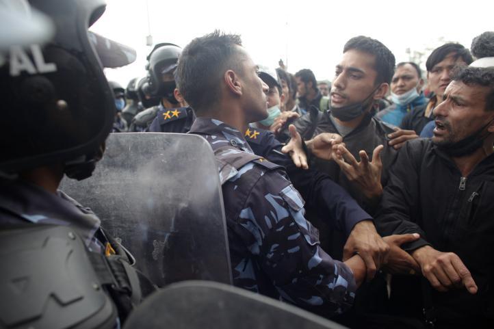 Policía de Nepal repliega protesta de sobrevivientes del sismo