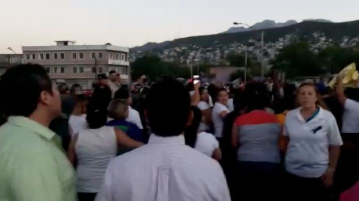 Maestros marchan en Monterrey contra reforma educativa