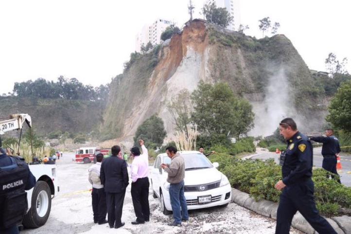 Deslave en Cuajimalpa deja 15 autos dañados