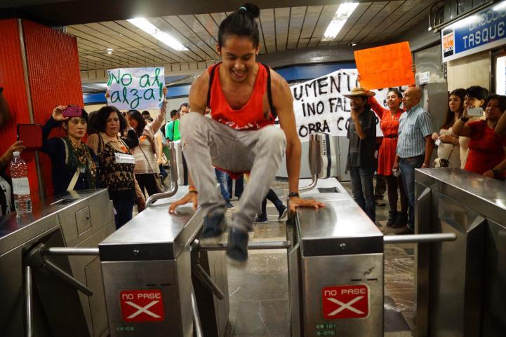 Liberan torniquetes en protesta por alza del precio del Metro