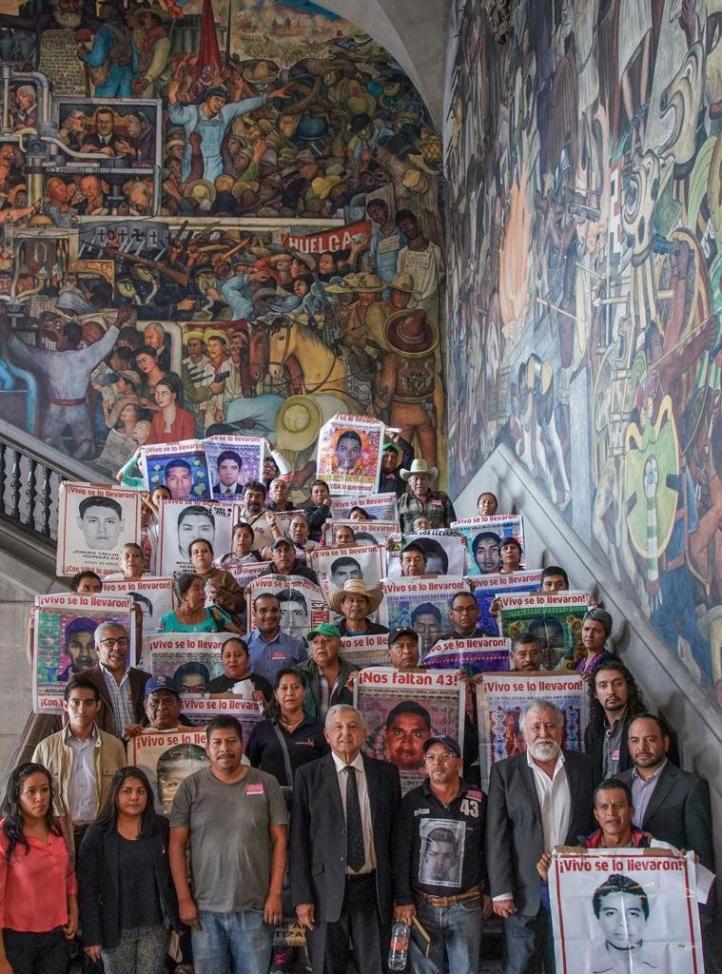 Padres de los 43 se reúnen con AMLO en Palacio Nacional