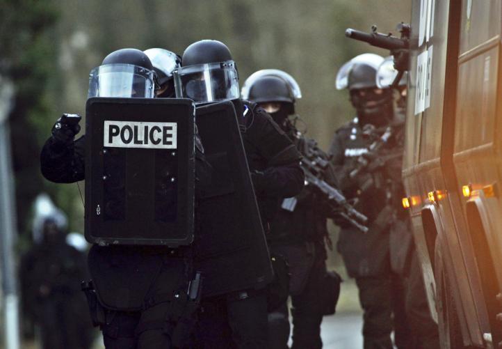 Luto en París; buscan a responsables del ataque a revista satírica