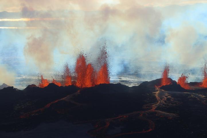 Impresionante erupción en fisura volcánica en Islandia