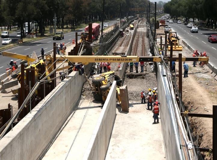 Vuelca grúa en zona de obras de la línea A
