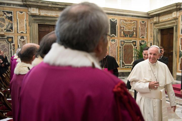 Papa envía experto a Chile para investigar a un obispo