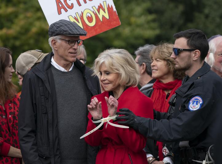 Por tercera vez arrestan a Jane Fonda en protesta ambientalista