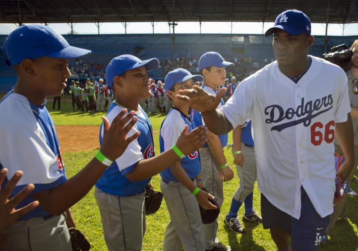 Ídolos de Grandes Ligas entrenan con niños cubanos