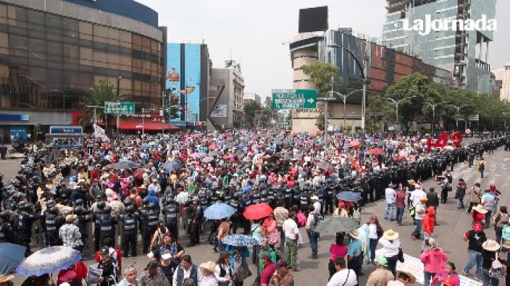 Despliegan a miles de policías para evitar que los maestros lleguen al AICM
