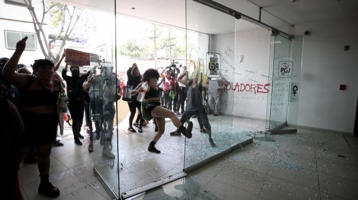 Protestan por denuncias de violaciones de policías contra mujeres