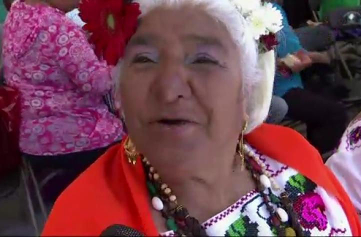 Mujeres mayores participan en concurso de belleza en Xochimilco