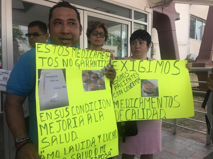 Protestan pacientes con cáncer frente al IMSS en Veracruz