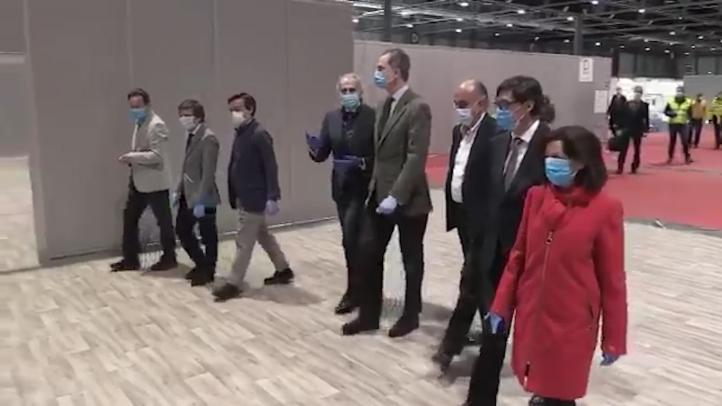 El Rey Felipe de España visita hospital con pacientes de coronavirus
