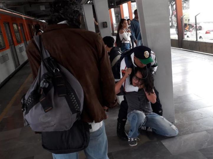 Policía somete con violencia a joven en Metro Ermita