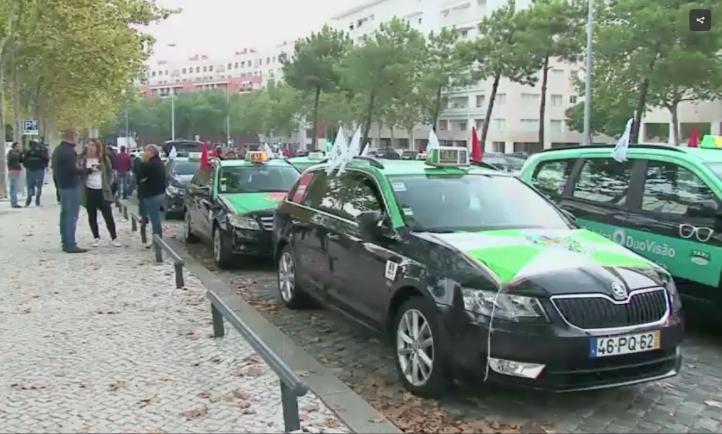 Taxistas en Portugal protestan masivamente contra Uber