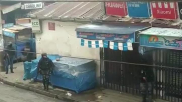 """Policías bolivianos cortan insignia de """"Estado Plurinacional"""", adoptado por Evo"""