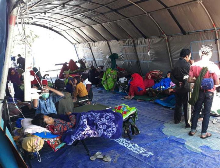 Cientos atrapados tras terremoto en Indonesia