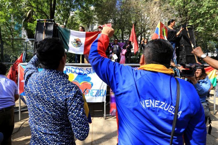 """Al grito de """"Maduro, a los yanquis dales duro"""", se manifiestan en la CDMX"""