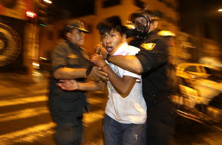 Jóvenes peruanos protestan contra ley laboral
