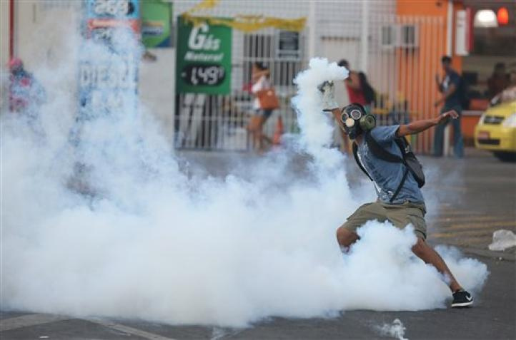 Policía y manifestantes chocan en Río de Janeiro por alza a tarifa de autobús