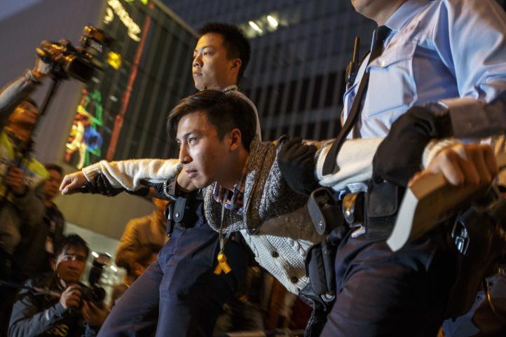Policía de Hong Kong desmonta campamento de activistas