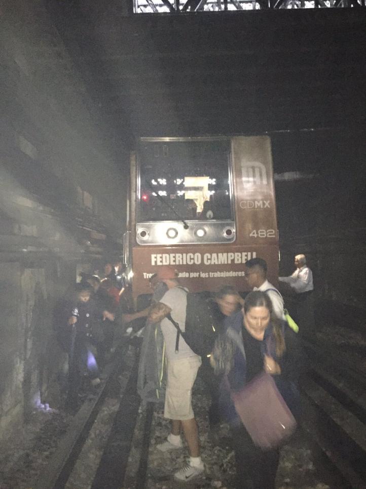 Así vivieron los usuarios del Metro la falla eléctrica en pleno túnel