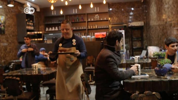 Café iraní ofrece empleo a personas con síndrome de Down