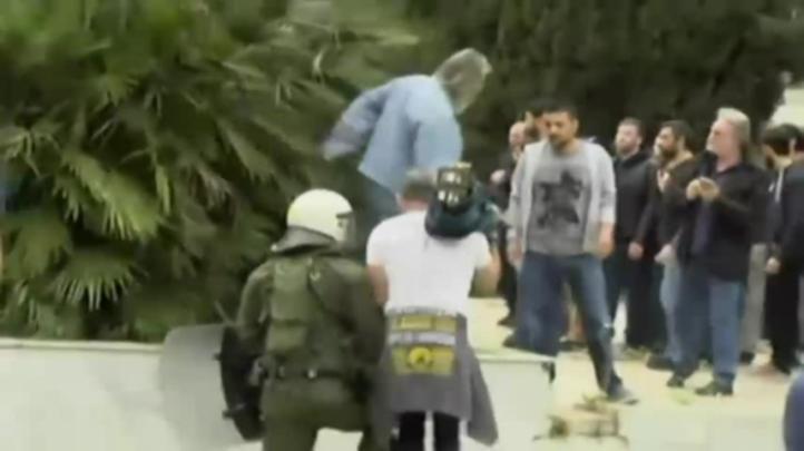 Estudiantes intentan derribar estatua de Truman en Atenas