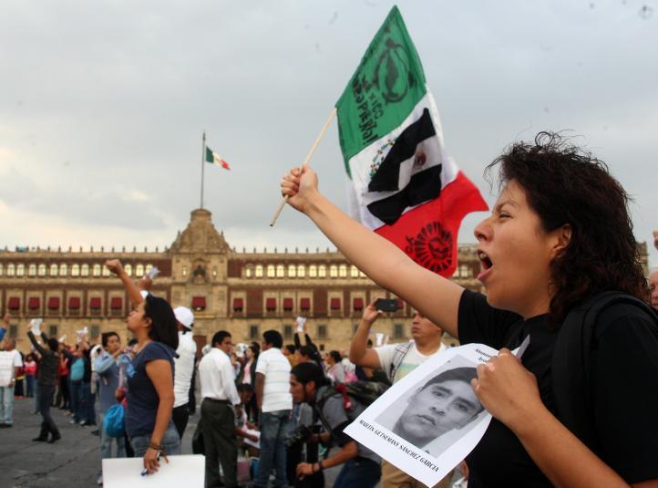 Flashmob por Ayotzinapa en el Zócalo