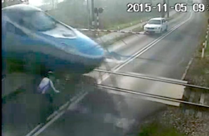 Ciclista sobrevive choque contra tren