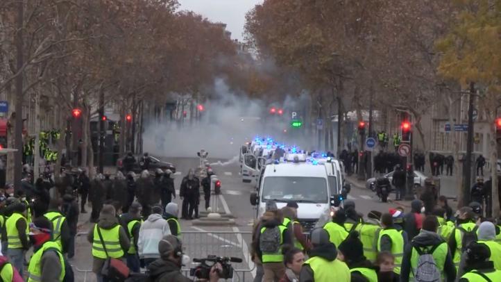 Pospone Francia por seis meses aumento a precios de combustibles