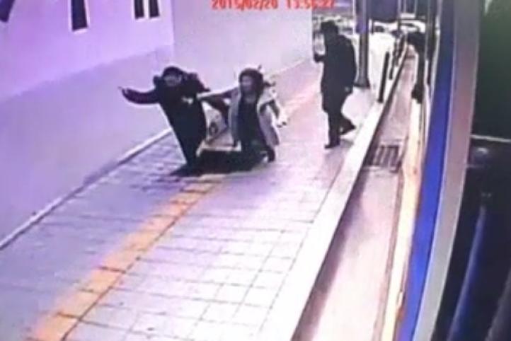 Socavón se traga a dos personas en Seúl