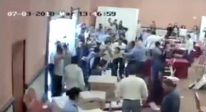 Morenistas irrumpen en supuesto centro de operaciones del PAN