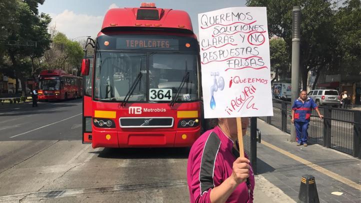 Vecinos de Iztacalco protestan por falta de agua potable