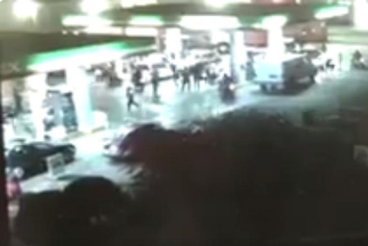 Momento del robo a una gasolinería en San Lorenzo Tezonco