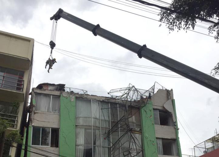 Así inspeccionan marinos un edificio dañado