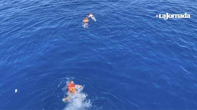 """Un grupo de migrantes salta del buque Open Arms; """"insostenible"""" la situación"""