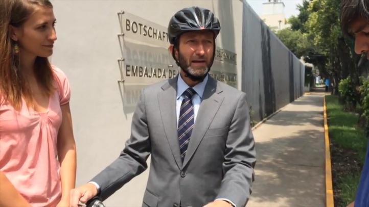 El embajador alemán Viktor Elbling utiliza cotidianamente la bicicleta