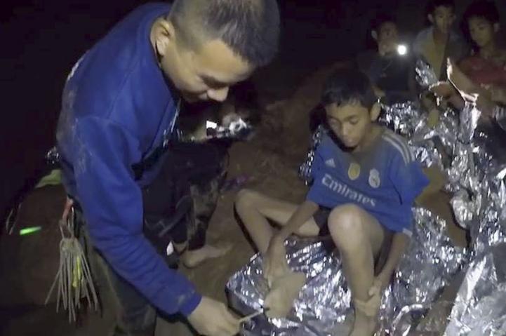 Difunden videos de los chicos atrapados en cueva tailandesa