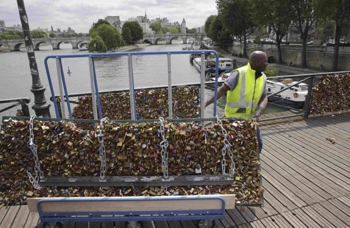 París: Liberan Puente de las Artes de los candados del amor