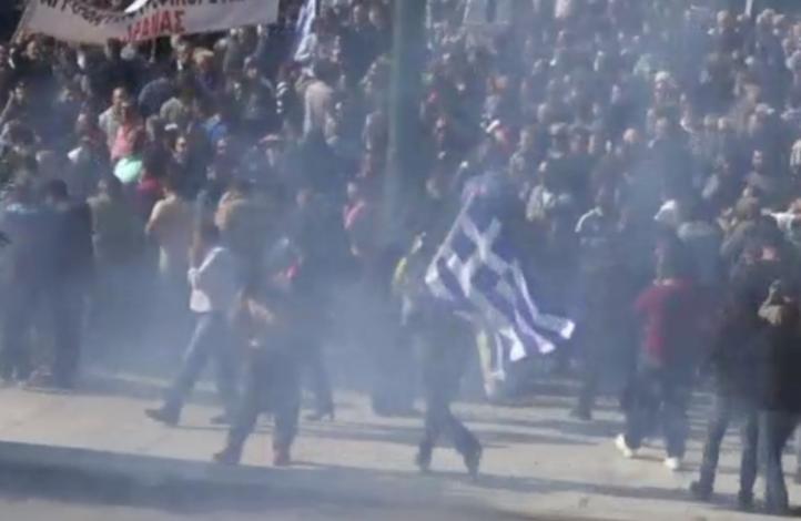 Chocan agricultores y policías antidisturbios en Grecia